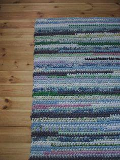 Remontin yhteydessä olen käynyt läpi myös kangas- ja kudevarastojani. Koska niitä riittää, päätin tuhota osan ja tehdä ekaluokka... T Shirt Yarn, Rug Making, Knit Crochet, Crochet Patterns, Knitting, How To Make, Handmade, Crafts, Lime