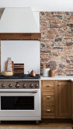 Kitchen Dinning, Home Decor Kitchen, Kitchen Interior, New Kitchen, Kitchen Ideas, Modern Cabin Interior, Warm Kitchen, Modern Farmhouse Kitchens, Home Kitchens