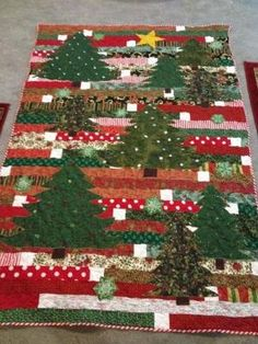 I love this Jelly Roll Race quilt with the appliqued Christmas Trees! How pretty! - My DIY Tips Christmas Tree Quilt, Christmas Patchwork, Christmas Quilt Patterns, Christmas Sewing, Christmas Projects, Christmas Quilting, Christmas Applique, Jelly Roll Race, Jelly Roll Quilt Patterns