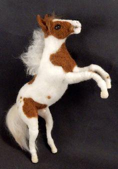 Αnhand von Fotos filze ich dir eine Miniatur von deinem Pferd. Eine Replik mit Details, die du liebst. Diese naturgetreue Nachbildung vereint dich für immer mit deinem Seelenfreund. Sie bringt dich zum Lächeln. Jedem Pferdefreund ist sie ein wertvolles Erinnerungsstück. Das gescheckte