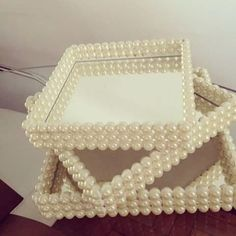 - tere_luz Diy Arts And Crafts, Diy Craft Projects, Projects To Try, Diy Crafts, Thali Decoration Ideas, Pearl Crafts, Glamour Decor, Altered Bottles, Diy Wall Art