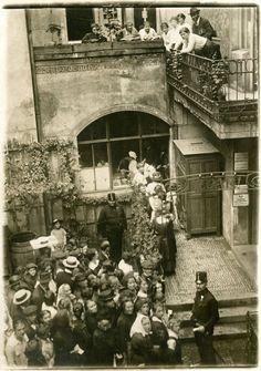 Lidé před vývařovnou U Vejvodů, 1917.