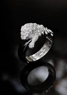 Chanel's 'Lion Rugissant' ring in white gold, onyx and diamonds. Photo © Chanel Joaillerie