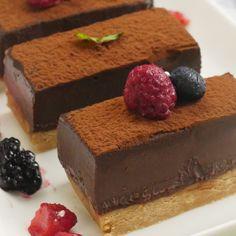 オーブン不要で簡単!「生チョコタルト」のレシピと作り方を動画でご紹介します。暑い夏でも火を使わずに、混ぜて冷やして固めるだけの、お手軽レシピです!とろ〜りとろける贅沢なくちどけを楽しんでくださいね♪ Chocolate Mousse Cake, Chocolate Desserts, Sweets Recipes, Cake Recipes, Japanese Cake, Types Of Cakes, Food Dishes, Love Food, Holiday Recipes