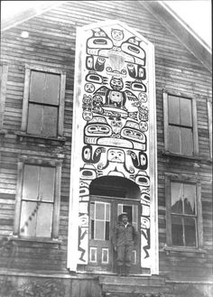 TLINGIT MAN , circa 1913 Totem Pole Drawing, Totem Pole Art, Totem Poles, Pirate History, Haida Gwaii, Haida Art, Tlingit, Mystery Of History, American Indian Art