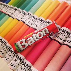 Chocolate Baton de designer é assim!! @Party Print #rotulos #personalizados #pantone #festa #cores #design #baton