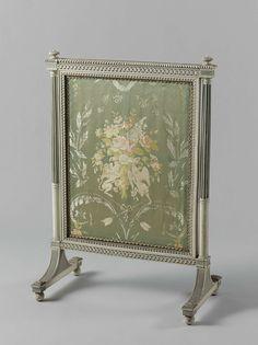 Anonymous   Vuurscherm, Anonymous, Abraham van der Hart, c. 1793 - c. 1795   Vuurscherm van het Kops-ameublement, met een uitschuifbaar bord. De bekleding toont op lichtblauwe satijnen grond een boeket temidden van florale motieven en gehouden door twee griffioenen; hieronder zijn gekruiste pijlen met strik aangebracht. Het scherm rust op een dubbel gebogen voet en heeft op de hoeken vrijstaande Toscaanse zuilen met gladde onder- en gecanneleerde bovenschacht. Dorpels met gestoken…