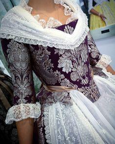 La imagen puede contener: una o varias personas 18th Century Dress, 18th Century Clothing, 18th Century Fashion, Pretty Outfits, Beautiful Outfits, Rococo Dress, Vintage Outfits, Vintage Fashion, Europe Fashion