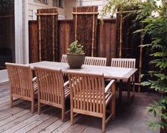 Love this bamboo fence idea, it adds so much interest to the old wooden fence!! Brick Fence, Concrete Fence, Front Yard Fence, Wooden Fence, Gabion Fence, Metal Fence, Bamboo Garden Fences, Fence Plants, Fence Landscaping