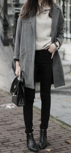 If the setting allows casual style, you can easily dress in a charcoal coat and black skinny jeans. Add a pair of black leather ankle boots to the mix and the whole getup will come together brilliantly. Winter Outfits, Casual Outfits, Fashion Outfits, Style Casual, My Style, Curvy Style, Look Formal, Boyfriend Sweater, Boating Outfit
