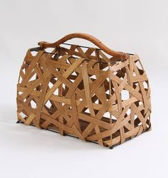 Revisteiro Balai, com estrutura em Ferro, Rattan e Bambú. Alça em Rattan com detalhes trançados. Design orgânico e exclusivo.