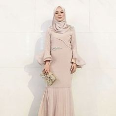 would you wear this dress? Trend Fashion, Abaya Fashion, Modest Fashion, Fashion Outfits, Dress Brokat Muslim, Muslim Dress, Muslim Hijab, Hijab Gown, Hijab Dress Party