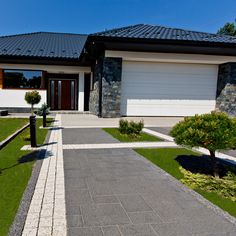 SYMFONIA® Front House Landscaping, Backyard House, Modern Landscaping, Driveway Design, Yard Design, House Design, Bungalow Haus Design, Paving Design, House Outside Design