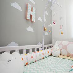 A temática de nuvens anda em alta na decoração do quarto do bebê. Além da atmosfera lúdica e delicada, uma das vantagens deste tipo de ambientação é a sua neutralidade: fica fofo tanto para as meninas quanto para os meninos e as mamães podem trabalhar uma cartela de cores variada, incluindo as nuvens em praticamente toda a decoração e enxoval. É uma opção inclusive para quem já decorou o quarto do bebê: são versáteis e se encaixam em temas variados. Para te inspirar, a matéria de hoje traz…