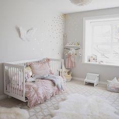 Podoba nam się ten anielski pokój, delikatna kolorystyka i materiały oraz subtelne dodatki Łóżeczko przypomina nasze z kolekcji Basic. #interiordesign #babyroom #kidsdecor #furniture