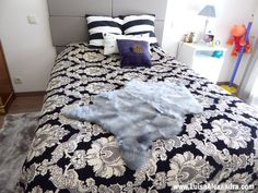 Adoro o pêlo felpudo em mantas, tapetes, almofadas, cachecóis, casacos e tudo e mais alguma coisa 🙂 Acho que é por isso que gosto tanto de gatos, aquele pêlo fofo relaxa-me imenso! Tenho várias peças de pêlo sintético, nomeadamente na sala. Os meus gatos gostam muito de dormir em cima de uma mantaRead More »