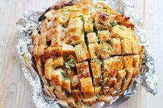 Borrelbrood gevuld met kaas en kruiden - Zet het brood in het midden van een lang stuk aluminiumfolie. Overgiet met de gesmolten boter en vouw de folie dicht, zodat het brood helemaal is ingepakt. Bak het brood twintig minuten in de oven, haal de folie eraf en bak nog vijf à tien minuten totdat de bovenkant mooi bruin en crispy is. Serveer gelijk met de zout flakes.