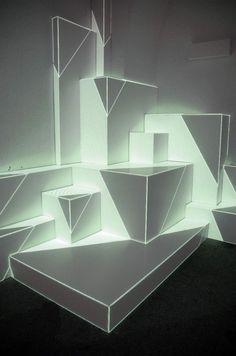Augmented Sculpture By Pablo Valbuena es una instalación que reflexiona sobre la cualidad temporal del espacio y su constante transformación.