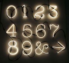 Scopri Applique Neon Art -/ Simbolo @, Simbolo @ / Bianco di Seletti, Made In Design Italia
