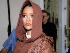 """Rihanna acaba de cambiar de imagen con un sorprendente cambio de look. En esta ocasión, las rastas son las protagonistas y estas le llegan por debajo del trasero.La semana pasada la cantante presentó su segunda temporada Fenty X Puma, y tal parece que Rihanna quiso hacerlo completamente renovada.En la primera imagen que te presentamos, la cantante ya superó los 1.4 millones de """"me gusta"""", mientras que en la segunda fotografía vemos que la cantante logró los 1.7 millones de likes."""