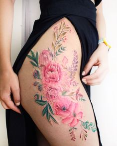 The flower thigh tattoo is very feminine and sexy. See a gallery of the most amazing flower thigh tattoo for women, and get one. Hip Tattoos Women, Sexy Tattoos, Cute Tattoos, Body Art Tattoos, Girl Tattoos, Tatoos, Flower Hip Tattoos, Floral Thigh Tattoos, Tattoo Thigh