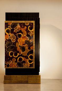 armoire monumentale en marqueterie de bois ébène , olivier, palissandre et violette + bronze .un chef -d' oeuvre d' ébénisterie : 2000 heures de travail !