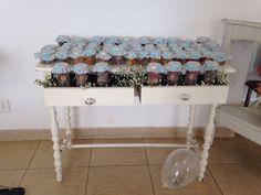 Potes de vidro de papinha e palmito decoradas, e recheado com doce de amido, bananada e goiabada