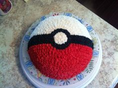 idee für eine torte   ein tellermit einer pokemon torte, die wie ein roter pokeball aussieht