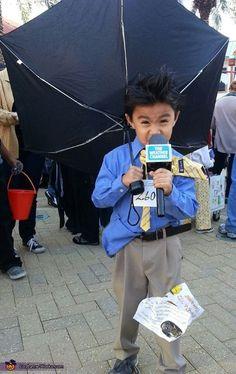 Disfraz reportero día de mucho viento y lluvia