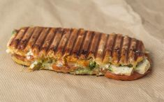 Recipe for grilled sandwich with Chicken, Pesto and Mozzarella Food C, Food Is Fuel, Love Food, Mozzarella, Sandwiches, Snack Recipes, Healthy Recipes, Recipes From Heaven, Food Inspiration
