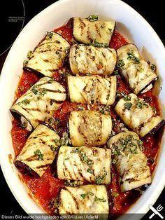Auberginenröllchen mit Mozzarella und Tomatensauce Eggplant rolls with mozzarella and tomato sauce Salmon Recipes, Veggie Recipes, Vegetarian Recipes, Healthy Recipes, Grilling Recipes, Cooking Recipes, Eggplant Rolls, Eggplant Zucchini, Tomato Sauce Recipe