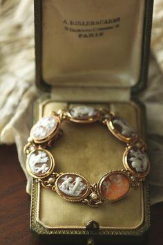 アンティークカメオブレスレットバングル 天使エンジェル ビンテージジュエリー イタリア イギリス Cameo Jewelry, Jewelry Case, Antique Jewelry, Beaded Jewelry, Jewellery, 1920s Glamour, Fashion Accessories, Fashion Jewelry, Antique Boxes