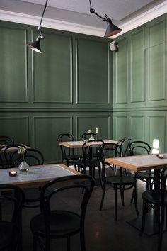 restaurant wall Bar and Co. restaurant green walls (wall color and lights) Design Café, Cafe Design, Design Blogs, Book Design, Layout Design, Graphic Design, Interior Walls, Interior And Exterior, Bistro Interior