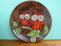 Ein Wandteller - Sammelteller, aus Keramik von Ruscha. West Deutsche Kunstkeramik aus den 60er/70er Jahren. Wunderschön handbemalt mit bunten
