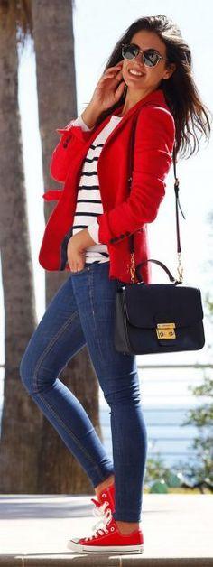Chica usando jeans, blusa rayada y blazer en color rojo