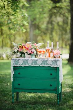 Pretty Rustic Drink Station, love the vintage feel! Design Lab, Wedding Trends, Wedding Styles, Wedding Ideas, Wedding Blog, Do It Yourself Wedding, Cocktail, Vintage Party, Vintage Props