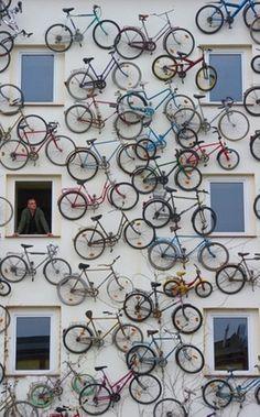 Un muro di biciclette a Berlino