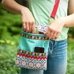 Keep it Close Daytrip Purse | AllFreeSewing.com --- Add A Small Mirror Inside And It's A Cute Gal Gift ---