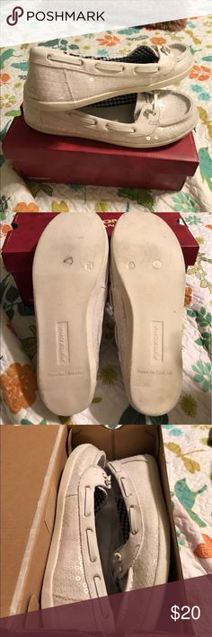 Arizona loafers these loafers have had minimum where I think maybe I've worn them twice they were just too big for my feet they're adorable was shorts were with jeans or even a summer dress as you see on the box there a 7 1/2 medium.if you have any questions about this really cute slippers send me a message and I'll be happy to help with any answers that I can give you please check out my closet while you're here thank you for visiting and happy polishing please share items in my closet…