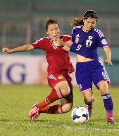 サッカーAFC女子アジアカップ(2014 AFC Women's Asian Cup)準決勝、日本対中国。中国の選手とボールを競る川澄奈穂美(Nahomi Kawasumi、2014年5月22日撮影)。(c)AFP/TOAN NGUYEN ▼23May2014AFP|なでしこジャパン、中国との延長戦を制し決勝へ 女子アジア杯 http://www.afpbb.com/articles/-/3015687 #2014_AFC_Womens_Asian_Cup #Nahomi_Kawasumi #Semifinal_Japan_vs_China
