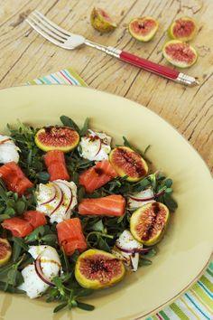 Salada de beldroegas com mozzarella, figos e salmão fumado