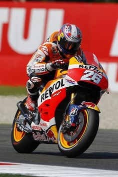 Dani Pedrosa is a Spanish Grand Prix motorcycle racer. He is the youngest world champion in Grands Prix. Motorcycle Racers, Motorcycle Outfit, Marc Marquez, Velentino Rossi, Spanish Grand Prix, Yamaha Motorcycles, Motosport, Super Bikes, Auto Racing