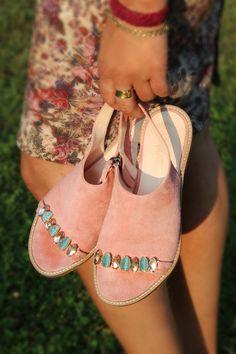 Sandale mal anders- neue Schnittformen umschließen Ihren Fuß und geben diesem Halt. Frische Farben und Steinchen die mit der Sonne um die Wette strahlen verleihen dieser Sandale von TAPODTS den besonderen Ausdruck. Gut kombinierbar zu Kleid oder Shorts wird Sie diese Sandale mit dem 100% chromfreien Innenleder durch den Tag begleiten.