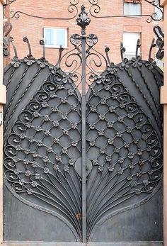 Art nouveau gate, in Pl Flandes, Barcelona. Casa José Giralt Cerqueda, built in 1901 Art Deco, Art Nouveau Design, Design Art, Cool Doors, Unique Doors, Art Nouveau Architecture, Architecture Details, Iron Gates, Door Knockers