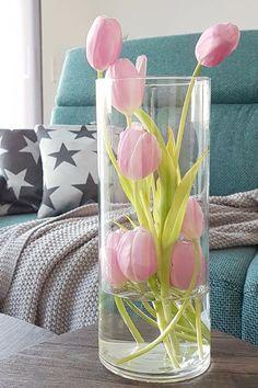 Tulpen schön dekorieren – Blumen etwas anders in die Vase stecken #Tulpen #Tulpendekorieren #Frühling #Frühlingsdeko Recycling, Repurposed, Glass Vase, Invitations, Interior, Gifts, Inspiration, Yard Ideas, Home Decor