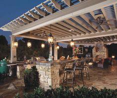 Cuisine d'été, salle à manger et salon en plein air embellissent le jardin de la maison