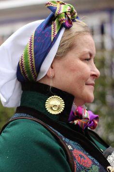 Rekonstruert sognebunad med konehuve Bridal Crown, Norway, All Things, Scandinavian, Captain Hat, Hats, Clothes, Decor, Fashion