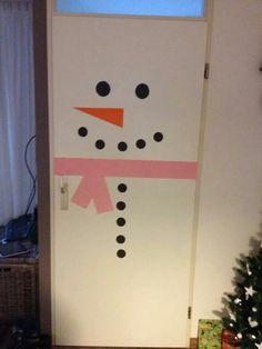 Versier je klasdeur tijdens de winter. Winter Festival, Elf, Triangle, Diy Crafts, Crafty, Holiday Decor, School, Christmas, Decorations