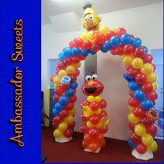 Sesame Street balloon arch and elmo balloon column Balloon Display, Balloon Decorations, Balloon Ideas, Sesame Street Party, Sesame Street Birthday, Baloon Art, 2nd Birthday Party For Girl, Love Balloon, Happy Birthday Balloons