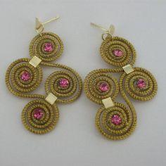 Brinco de capim dourado  com detalhes em strass rosa. R$ 14,00